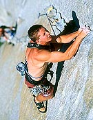 Tommy Caldwell en el sexto largo (5.12c) de Lurking Fear, una de sus liberaciones en El Capi. Foto: Corey Rich/ climb.mountainzone.com