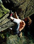 El escalador suizo Didier Berthod encadenando Didier Berthold en Greenspit, 8b+ de fisura en Valle Orco, metiendo cacharros. <br>Foto: Frédéric Moix