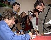 Messner firmó ejemplares a los asistentes a la presentación de Mi vida al límite, su autopbiografía definitiva. - Foto: Sergio Prieto / desnivelpress.com