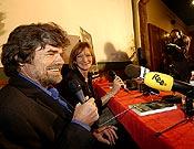 Un divertido Reinhold Messner durante la conferencia de prensa ofrecida a los medios en la Librería Desnivel. - Foto: Desnivelpress.com