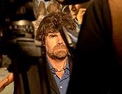 Reinhold Messner entre cámaras y focos en la Librería Desnivel. - Foto: Sergio Prieto