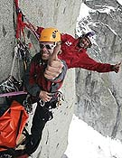 Robert Jasper y Stefan Glowacz contentos y colgados de la norte del Cerro Murallón. Foto: K. Fengler/ robert-jasper.de