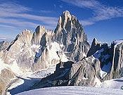 Grupo del Fitz Roy desde el norte (Cerro Gorra Blanca). Comenzando por la izquierda, Agujas Guillaumet y Mermoz, y Fitz Roy. Foto: R. Garibotti