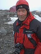 Carlos Soria durante su expedición al K2 en el verano de 2004.~ desnivelpress.com