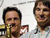 Vince Anderson y Steve House recibiendo el Piolet d'Or 2006 en Grenoble, el pasado 10 de febrero, por su apertura en la Pared de Rupal del Nanga (estilo alpino), la pasada primavera. Foto: Giulio Malfer/ planetmountain.com