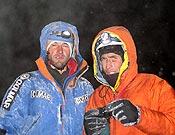 Alessandro Beltrami y Rolando Garibotti, de noche, en la cumbre del Cerro Torre. Foto: Rolando Garibotti