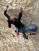 Daila Ojeda sobre su primer 8b encadenado, Santa Linia, en la cueva de Santa Linya. - Foto: Pete O