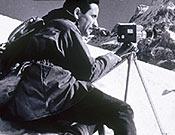 Una imagen que recoge sus dos grandes pasiones, el cine y la montaña. Miguel Vidal filmando... Foto: Col. Miguel Vidal