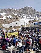 Concentración en el Portalet el año pasado en protesta por las obras de ampliación de la estación de Formigal.Foto: Ignacio Ferrando