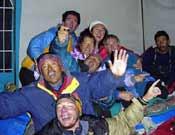 Celebración junto a la gente de Al filo de su doble éxito en Gasherbrum en 2003: cayeron el G2 y el G1. - Foto: edurnepasaban.net