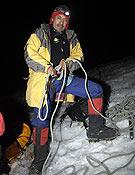 Iván Vallejo se encuerda en plena noche antes de afrontar una sección de la ascensión al Nevado Cayambe. ~ desnivelpress.com