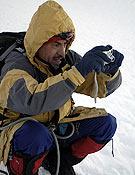 Tirando de cámara digital durante una ascensión en Andes. ~ desnivelpress.com