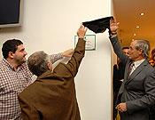Alberto Marcos, Remí Bresco (de espaldas) y Joan Garrigós descubriendo la placa conmemorativa de la inauguración de :Climbat. - Foto: desnivelpress.com
