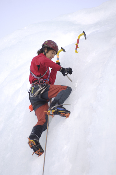 Manuel Córdova, escalando en hielo.~ desnivelpress.com