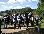 Los excursionistas hablando con los guardas de La Armenta.<br>Foto: A Desalambrar