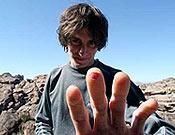 Graham muestras los efectos de sus recientes sesiones de bloque en Hueco Tanks. Foto: Devaki Murch / climbing.com