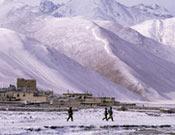 Un poblado nepalí cubierto por las nieves del Himalaya.- Foto: Darío Rodríguez