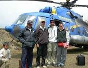 El mecánico, el piloto, Fecho e Iván Vallejo delante del helicóptero M17. - Foto: Iván Vallejo