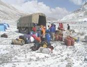 La expedición Pirineu de Girona preparando el campo base.- Foto: girona-everest.com