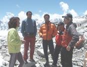Los miembros de la expedición mallorquina hablando con Lina Quesada y Jesús Calleja.- Foto: mallorcaadaltdetot.com