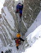 Pasaje sobre roca, 30 metros por debajo de la cima del Kangchenjunga. - Foto: R. Dujmovits / www.amical.de