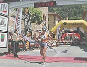 La ganadora en Zegama, Angela Mugde, pisando la línea de llegada.- Foto: buff.es