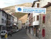 Cartel a favor de la estación de esquí de San Glorio en pueblo palentino, de la asociación Salvemos la Montaña.- Foto: elpais.es