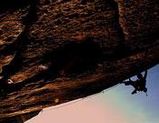 Didier Berthod encadenando Greenspit, 8b+ de fisura en Valle del Orco. Foto: F.Moix/bouldering.info