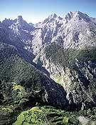 Los Picos de Europa. Al fondo, el Naranjo de Bulnes.- Foto: Darío Rodríguez