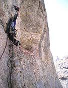 Iker equipando el quinto largo, 7c, de su nueva vía Lurgorri.- Foto: pouanaiak.com