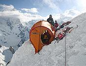 Campo de altura del reciente intento ruso a la inescalada cara noreste del Masherbrum (7.821 m). - Foto: mountain.ru