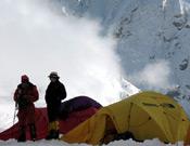 Los expedicionarios ante una ventista de viento y nieve.Foto: arasdelcielo.com