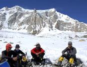 La expedición durante un descanso en su ascenso al Dome Kang. Foto: arasdelcielo.com