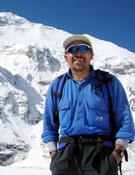Iván Vallejo, delante del Dhaulagiri, en una de sus expediciones.- Foto: colección Iván Vallejo