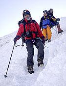 Guía y clientes durante el descenso en ensamble del Chimborazo (6.310 m.), techo de Ecuador. ~ desnivelpress.com
