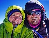Marko Prezelj (izda.) y Boris Lrencic, durante su ascensión al Pilar noroeste del Chomo Lhari, actividad candidata al Piolet d'Or 2007. - Foto: Marko Prezelj