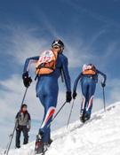 Dos esquiadores durante una prueba internacional de esquí de montaña por equipos.- Foto: FEDME
