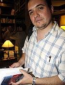 David Torres con su novela Nanga Parbat en la mano, en la Librería Desnivel. ~ desnivelpress.com