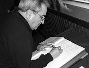 Paquito Guillamón firmando en el Libro de honor de la Librería Desnivel. - Foto: Jorge Jiménez