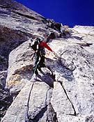 Tim Emmett en el largo clave de la ruta: 6c en libre y a vista a 6150 m. - Foto: Ian Parnell