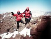 Dos de los tres alpinistas, Rolando Linzing y Darío Bracali en la cumbre del Pissis.- Foto: Darío Bracali