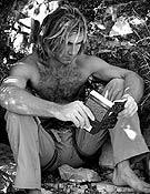 Sharma leyendo al pie de La Rambla, descansando entre pegue y pegue. - Foto: Jorge Jiménez