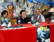 David Torres entre José I. Gordito y Paco Aguado (dcha.), durante la presentación de la tercera edición de su Nanga Parbat (Ediciones Densivel). - Foto: Jorge Jiménez
