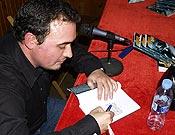 David Torres firmando ejemplares de su novela Nanga Parbat en la Librería Desnivel. - Foto: Jorge Jiménez