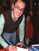 Álvaro Osés firma su obra Escalad,escalad malditos en la Librería Desnivel.- Foto: Jorge Jiménez