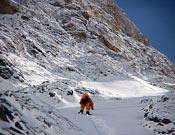 Simone Moro durante la dura ascensión hasta el campo 2 del Broad Peak.- Foto: Col. Simone Moro