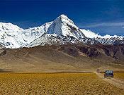 La elegancia del Chomolhari, y su evidente Pilar noroeste, sobre el altiplano del Tibet. - Foto: Marko Prezelj