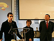 Patxi recogiendo el Premio al Mejor deportista vasco de 2006, en presencia del lehendakari Juan José Ibarretxe. - Foto: patxiusobiaga.com