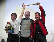 Babanov y Koshelenko recogen el Piolet d'Or 2003 de manos del himalayista Jean Troillet. - Foto: grivel.com