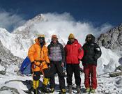 Shaheen, Simone Moro, Amin y Didar en el campo base del Broad Peak.- Foto: Col. Simone Moro